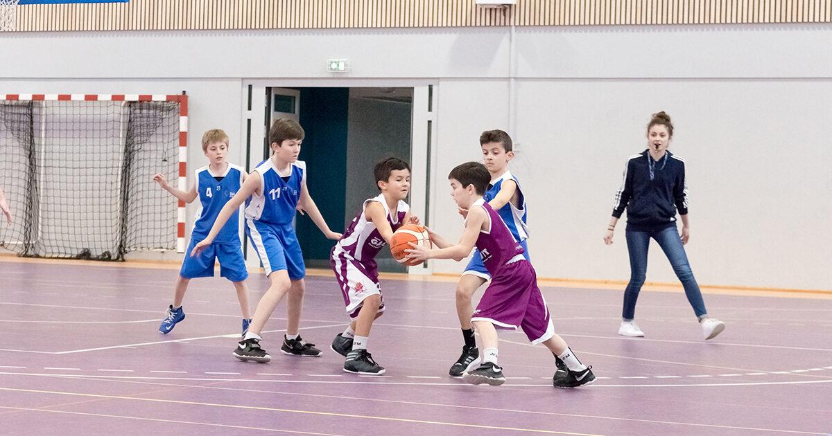Photo d'archives : enfants jouant au basket