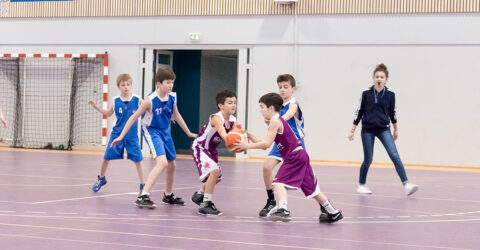Photo d'archives : enfants jouant au basket
